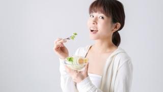 野菜を楽しむ女性