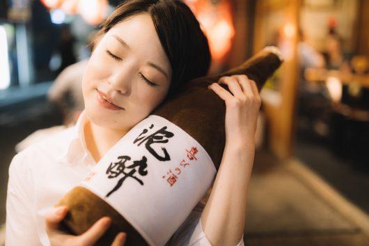 一升瓶を抱えた女性