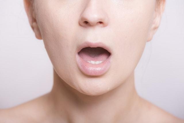 口を開ける女性イメージ