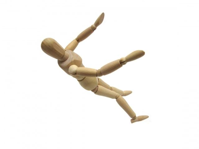 落下する人形