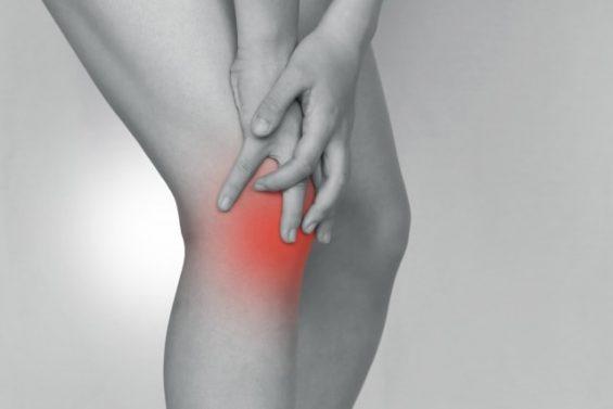 足が痛い人のイメージ