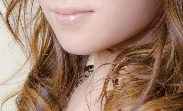 女性の唇と髪