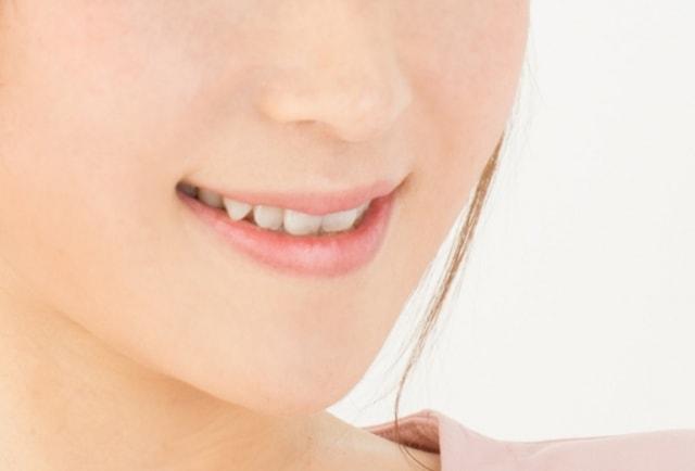 歯を見せる女性