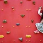 壁を登る少女イメージ